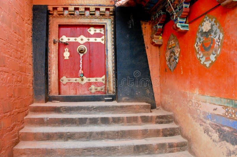 Tibet - Oude kloosterdeur royalty-vrije stock afbeeldingen