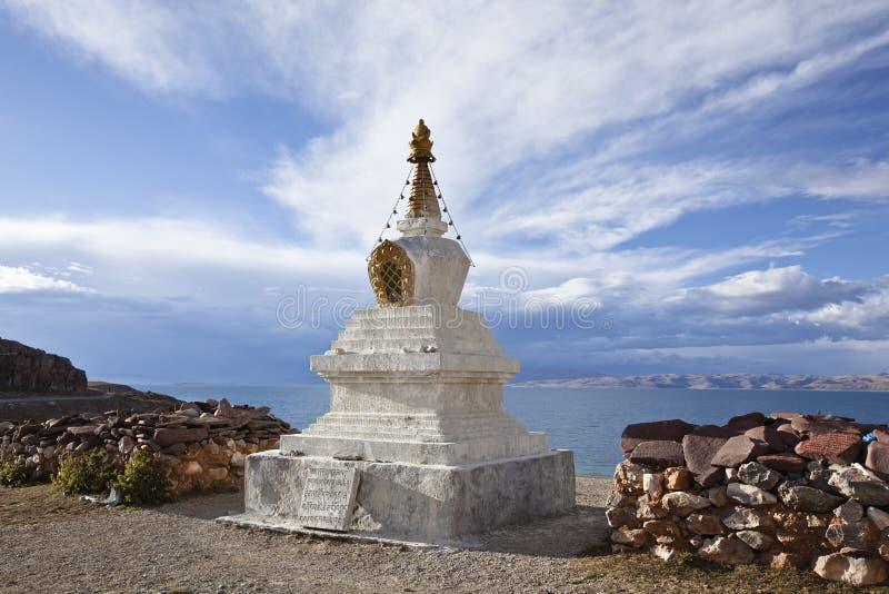 Tibet: stupa pelo lago do namtso imagem de stock royalty free