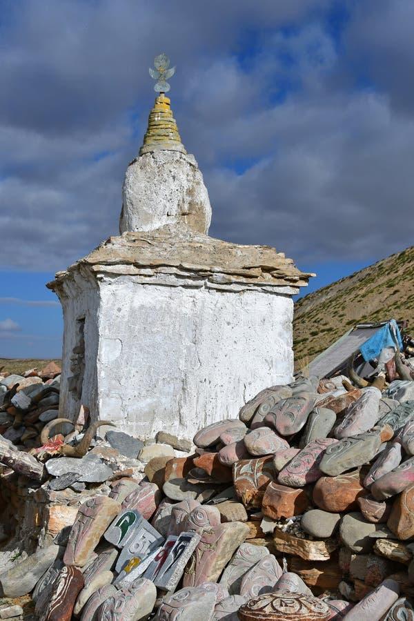 tibet Whate-stupa und buddhistische Gebetssteine mit Beschw?rungsformeln und Ritualzeichnungen auf der Spur von der Stadt von Dor stockbilder