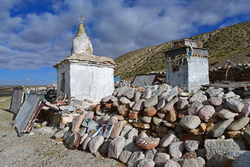 tibet Whate-stupa und buddhistische Gebetssteine mit Beschw?rungsformeln und Ritualzeichnungen auf der Spur von der Stadt von Dor stockfoto