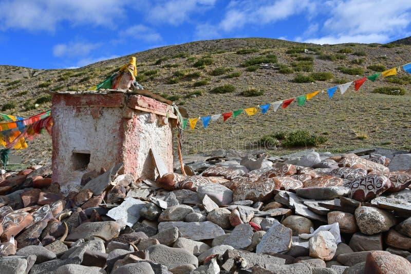 tibet Whate-stupa und buddhistische Gebetssteine mit Beschw?rungsformeln und Ritualzeichnungen auf der Spur von der Stadt von Dor lizenzfreies stockfoto