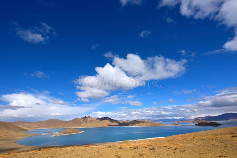 Tibet Yamdrok湖雪山湖Yangzhuoyongcuo 免版税库存图片