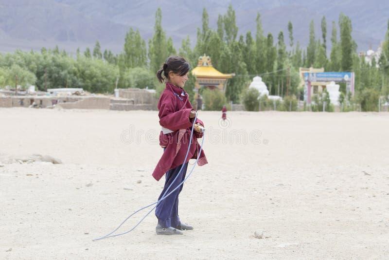 Tibetaans meisje die op een touwtjespringen in Druk Witte Lotus School springen Ladakh, India royalty-vrije stock foto
