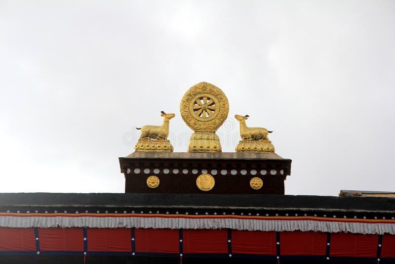 Tibetaans snijd op het dak, een herten gevormde gouden dier en een FalunDhammacakka royalty-vrije stock afbeeldingen