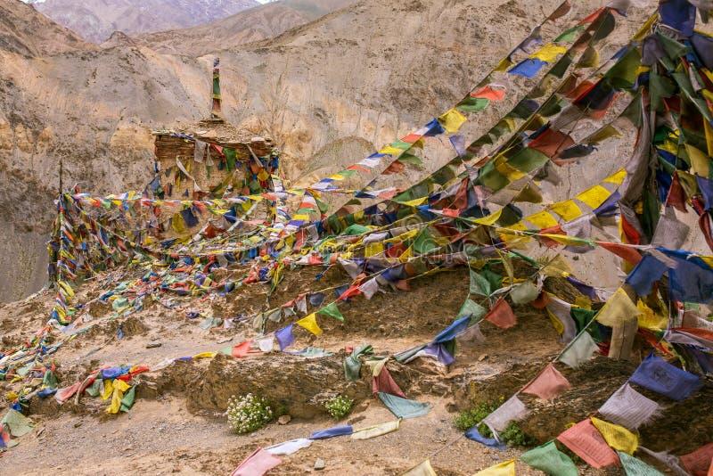 Tibetaanse boeddhistische gebedvlaggen en het bidden wielen in Darjeeling, India stock fotografie
