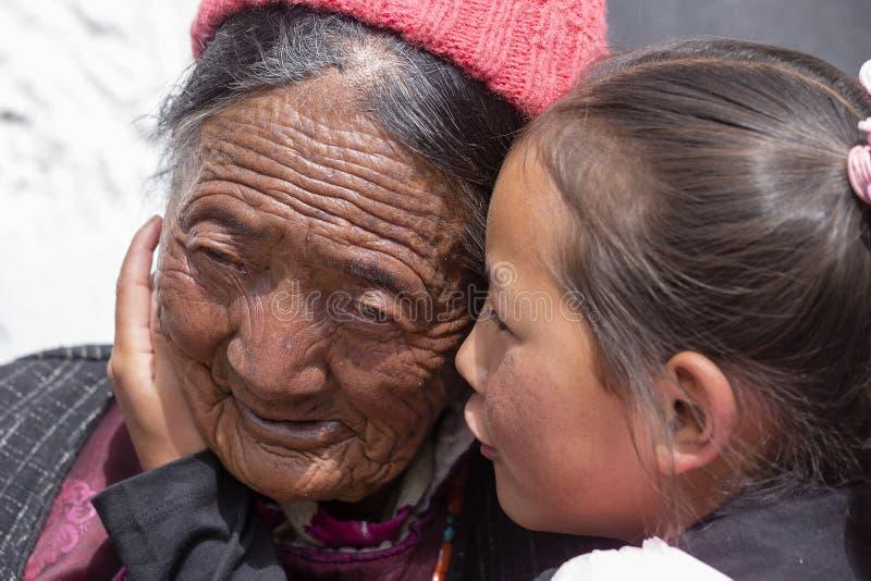 Tibetaanse boeddhistische oude vrouwen en kind tijdens Hemis-Festival in Ladakh, Noord-India stock afbeelding