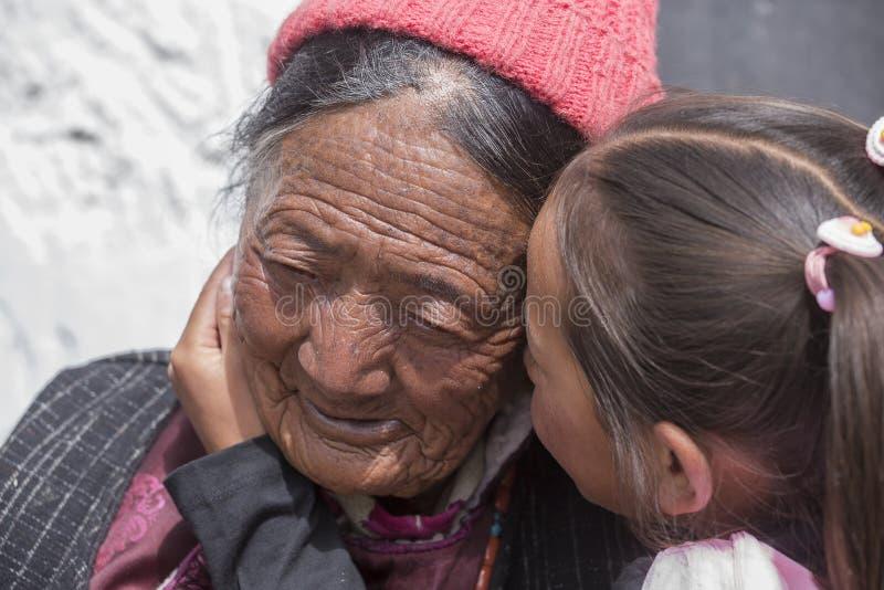 Tibetaanse Boeddhistische oude vrouwen en kinderen in Hemis-klooster Ladakh, Noord-India stock foto