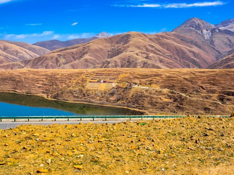 Tibetaanse boeddhistische tempel bij de wegkant in Sichuan royalty-vrije stock foto