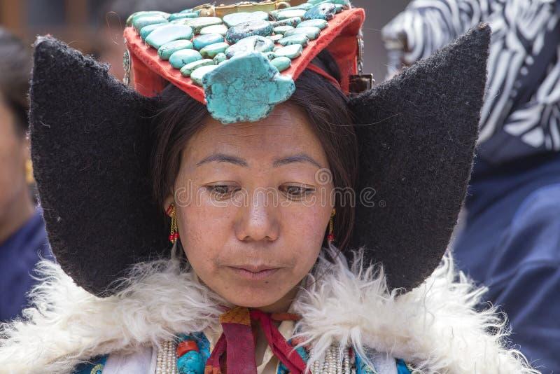 Tibetaanse boeddhistische vrouw in nationale kleding tijdens Hemis-Festival in Ladakh, Noord-India stock foto's
