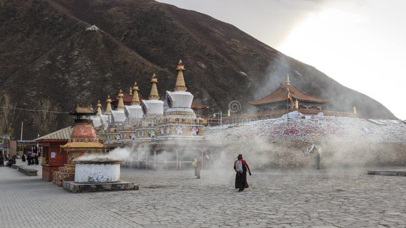 Tibetaanse mensen die rond Mani Temple Mani Shicheng een beroemd oriëntatiepunt in de Tibetaanse stad van Yushu Jyekundo, Qinghai stock fotografie