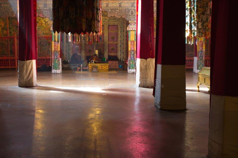 Tibetaanse monnik die op van hem bidden binnen het Potala-Paleis stock afbeeldingen