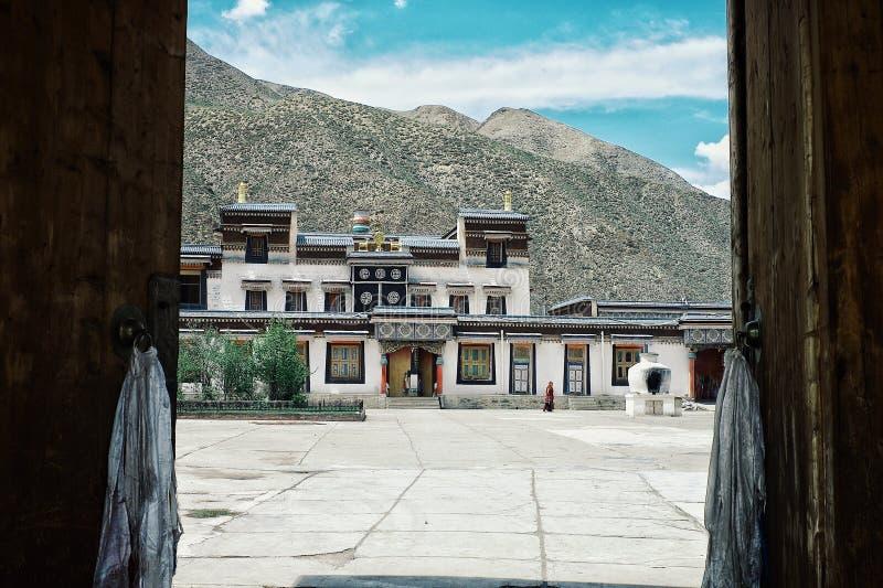 tibetan boeddhistische tempel binnen de poorten van het klooster stock foto