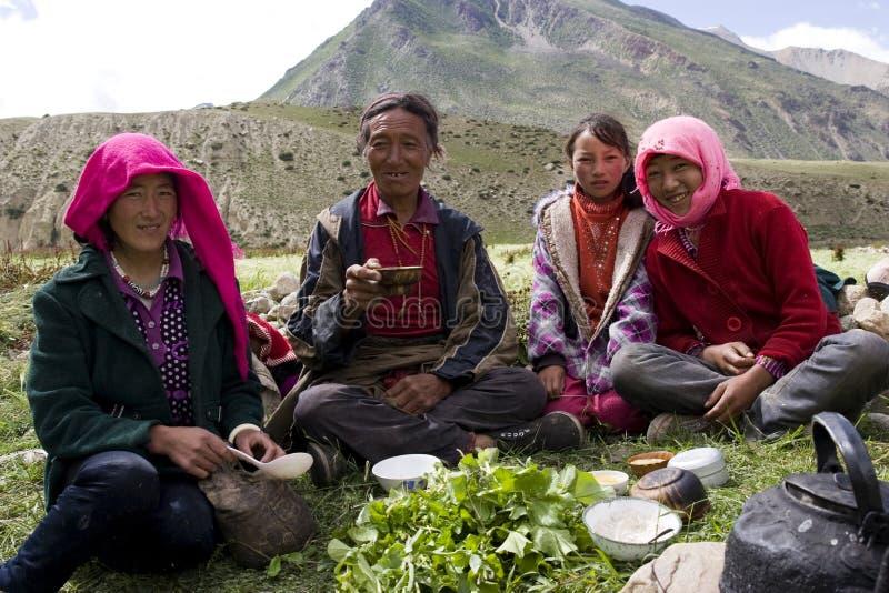 Tibetan familie op wild gebied stock foto's
