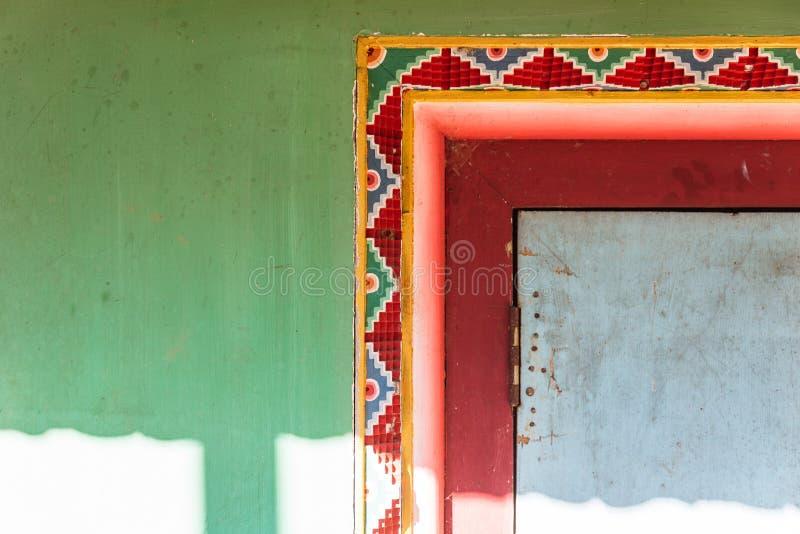 Tibetan garneringvägg med röd och gul färg för gräsplan, med solljus av Guru Rinpoche Temple på Namchi Sikkim Indien royaltyfri foto