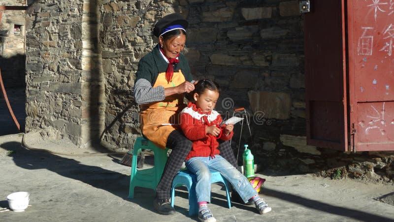 Tibetan moder och dotter arkivfoton