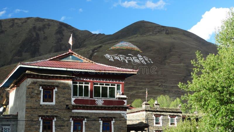 Tibetan religiös målning och handstil på en bergssida fotografering för bildbyråer