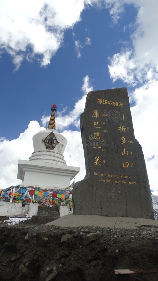 Tibetan tempel på det Zheduo maximumet arkivfoton