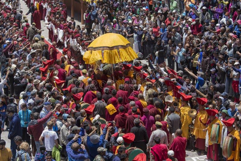 Tibetana buddistiska lamor och folk i den Hemis kloster, Ladakh, Indien arkivfoton