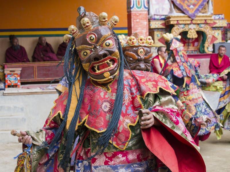Tibetana buddistiska lamor utför en rituell dans i kloster av Lamayuru, Ladakh, Indien royaltyfri foto