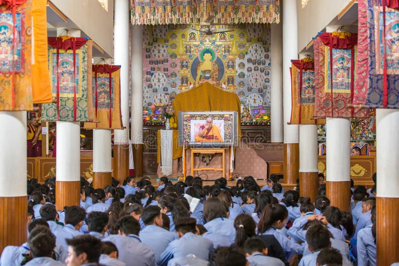 Tibetana elever som lyssnar till hans helighet 14na Dalai Lama Tenzin Gyatso som ger undervisningar i hans uppehåll i Dharamsala, royaltyfri foto