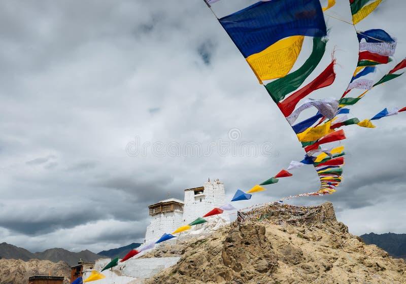 Tibetana flaggor för bön nära den Namgyal Tsemo kloster i Leh, La arkivfoto
