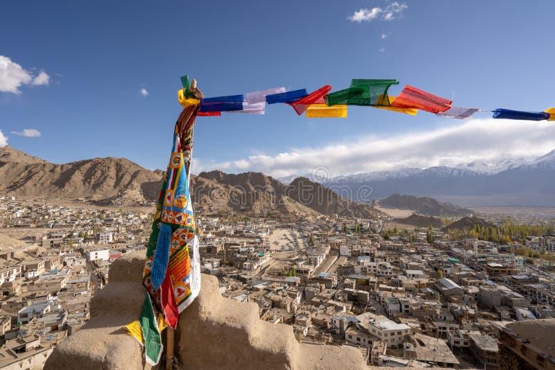 Tibetana flaggor för bön på den Leh slotten med den bästa sikten för Leh stad, Leh Ladakh, Indien arkivbild