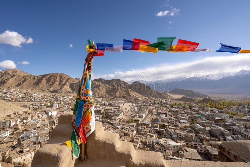 Tibetana flaggor för bön på den Leh slotten med den bästa sikten för Leh stad, Leh Ladakh, Indien royaltyfri fotografi