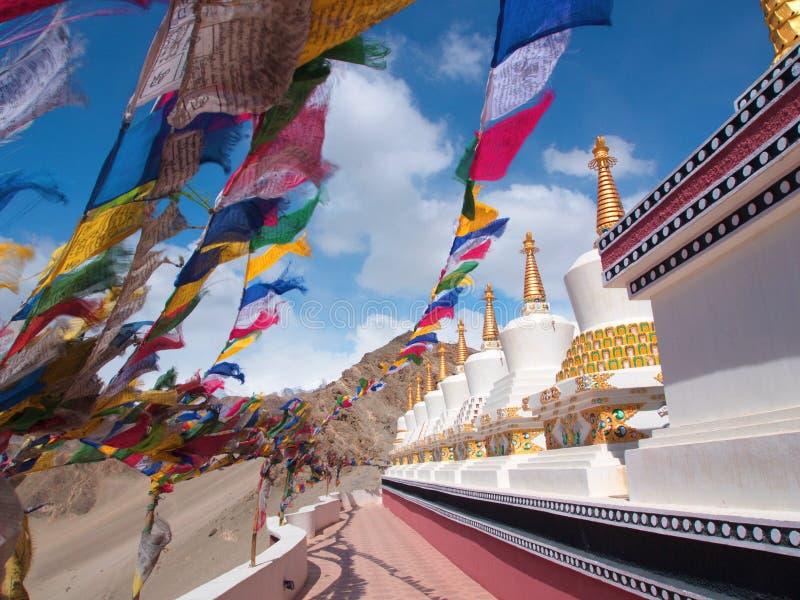 Tibetana flaggor och Stupa med vinden, Leh, Indien arkivfoton