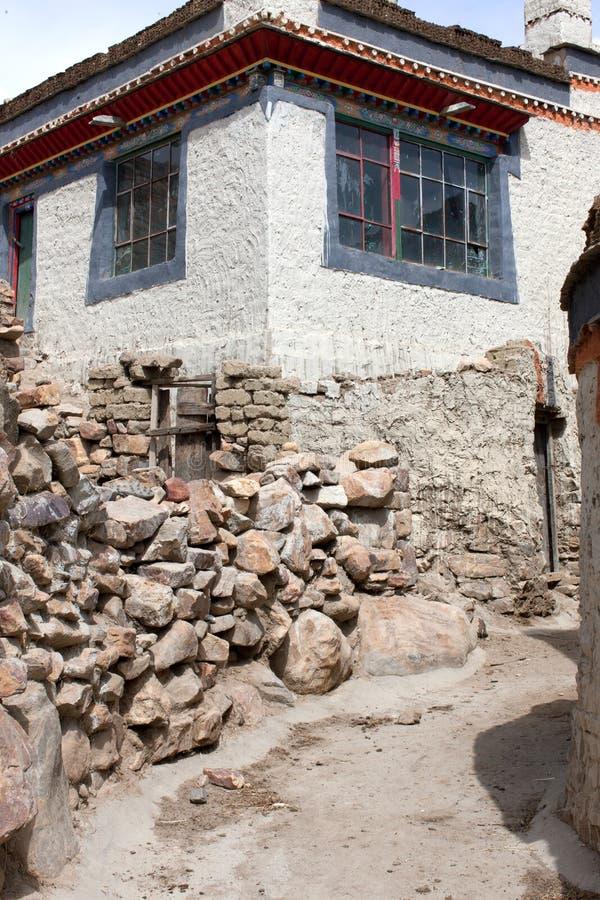 Tibetana hus med gränden arkivbild
