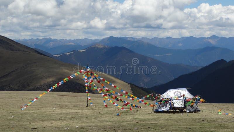 Tibetana klosterbroderflaggor på det Kazila berget royaltyfria bilder
