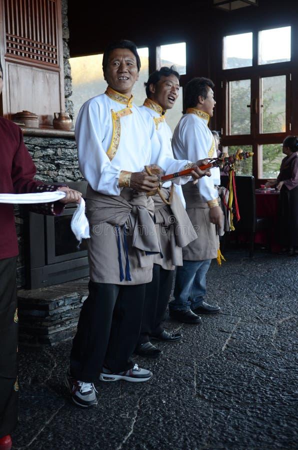 Tibetana män som sjunger och gör musik royaltyfri fotografi