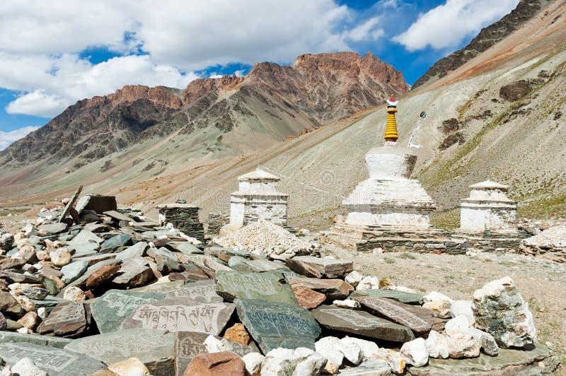 Tibetana stupas och mani stenar arkivbild