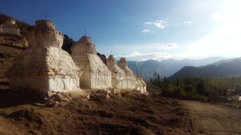 Tibetana stupatempel i bergen arkivbild