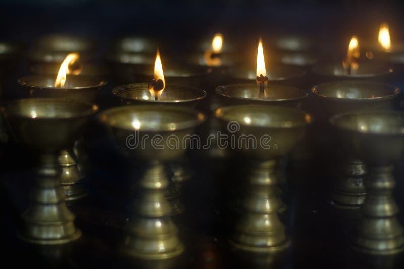 Tibetanische buddhistische butterlamps lizenzfreie stockfotografie