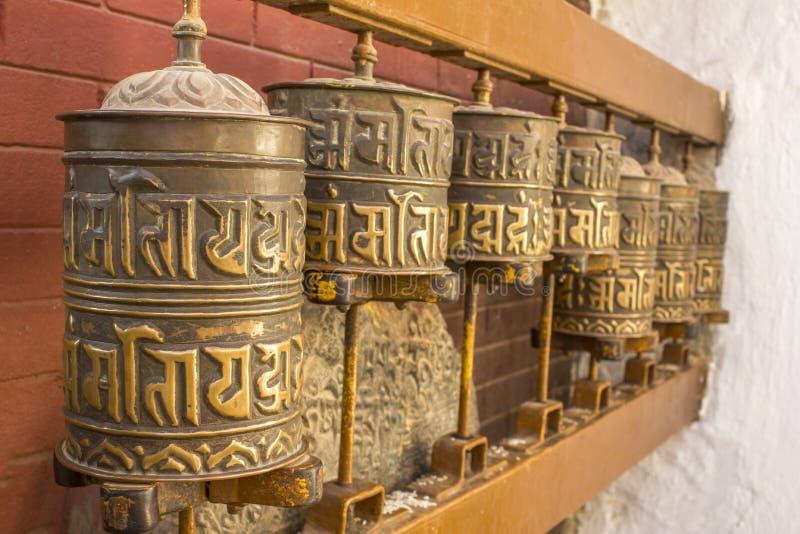 Tibetanische buddhistische spinnende Gebetstrommeln mit Beschwörungsformeln lizenzfreie stockbilder