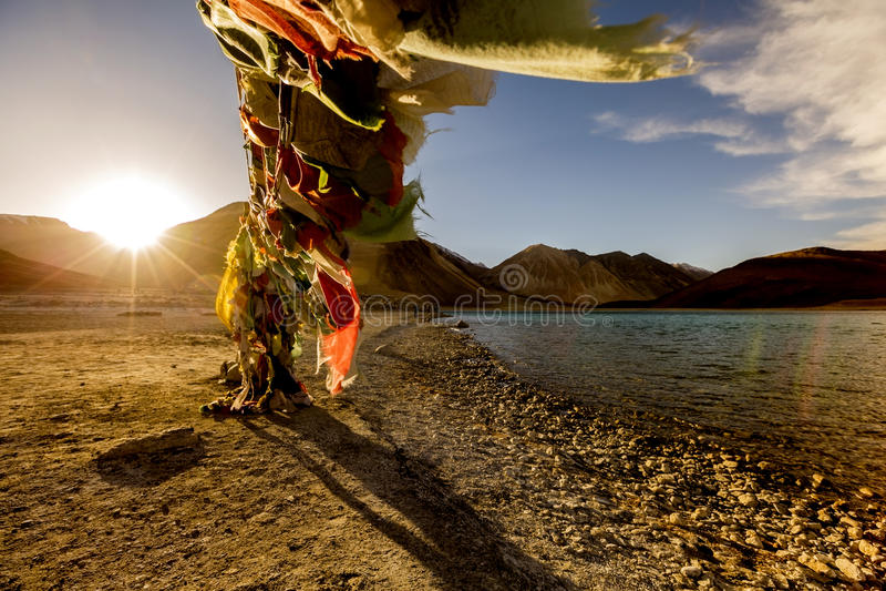 Tibetanische Gebetsflaggen an Pangong Tso-Tibetaner für lizenzfreie stockfotografie