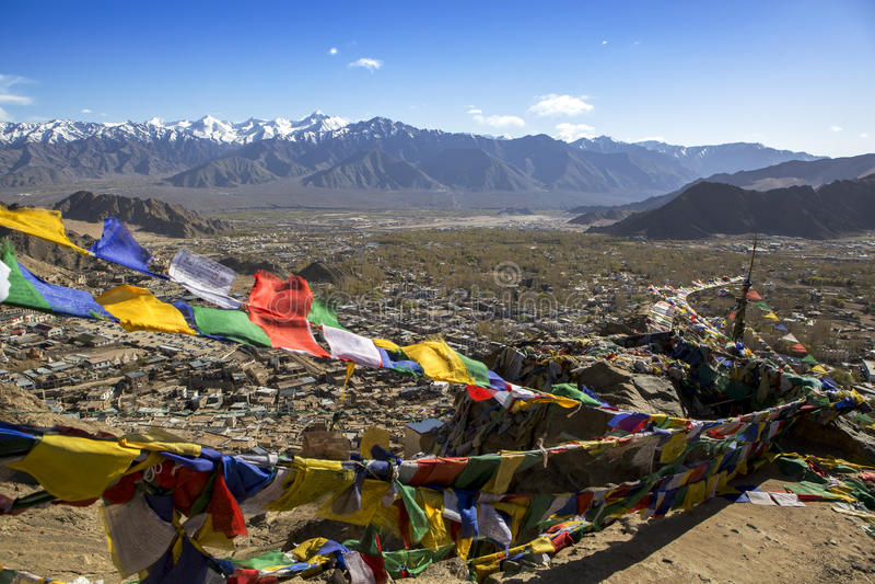 Tibetanische Gebetsflaggen an Shey-Palast, Ladakh, Indien lizenzfreie stockbilder