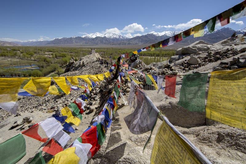 Tibetanische Gebetsflaggen an Shey-Palast, Leh-Ladakh, Indien stockfotografie