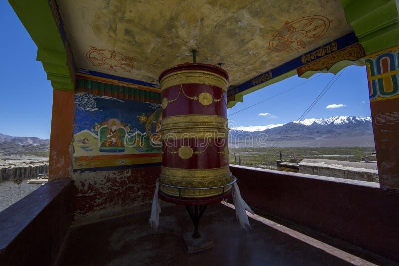 Tibetanische Gebetsräder oder Gebet ` s Rollen des zuverlässigen Buddhisten stockbild