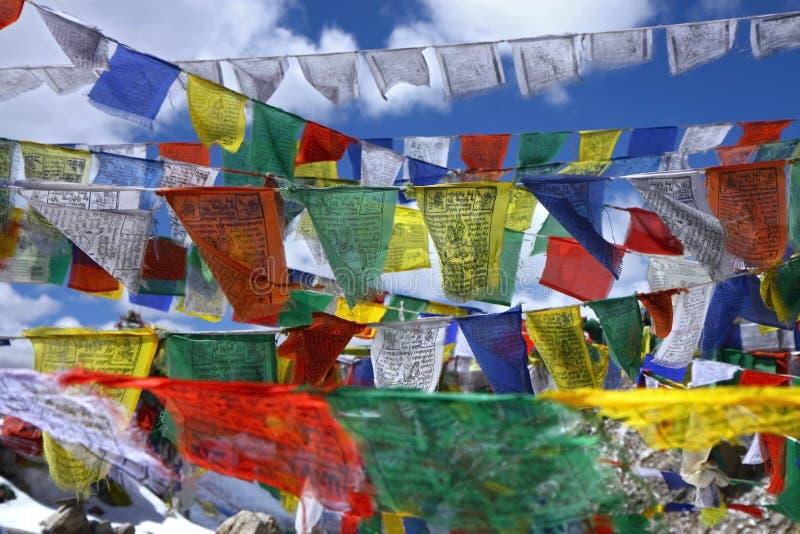 Tibetanische heilige Markierungsfahnen mit Beschwörungsformeln lizenzfreie stockfotografie