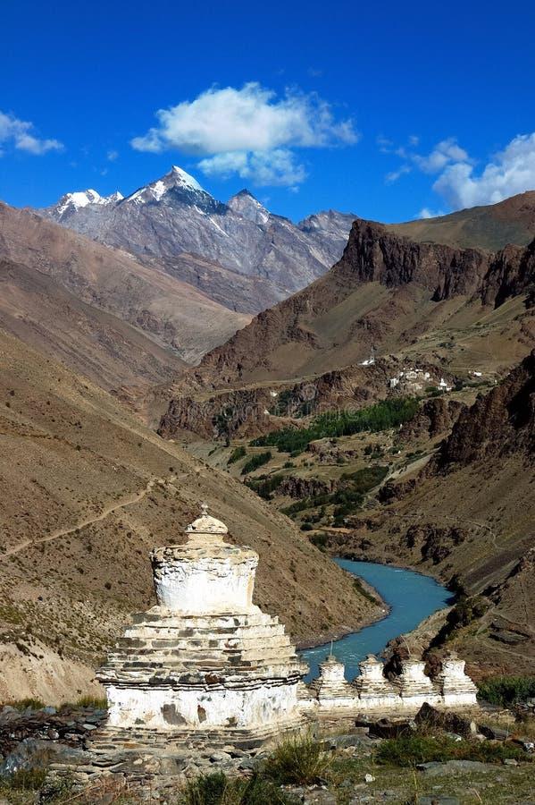 Tibetanische stupas in Ladakh lizenzfreie stockfotos