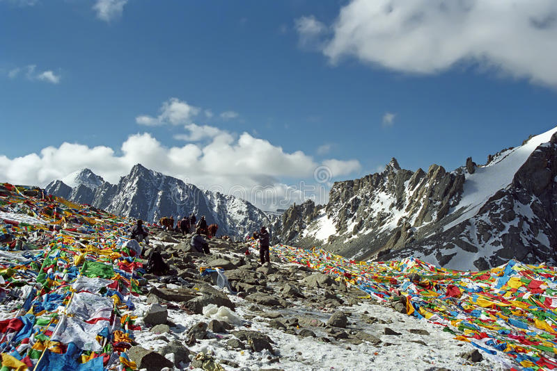 Tibetanische und indische Pilger auf dem Drolma-La überschreiten lizenzfreie stockbilder