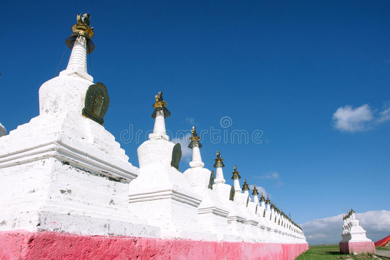 Tibetanische weiße Pagoden stockfotografie