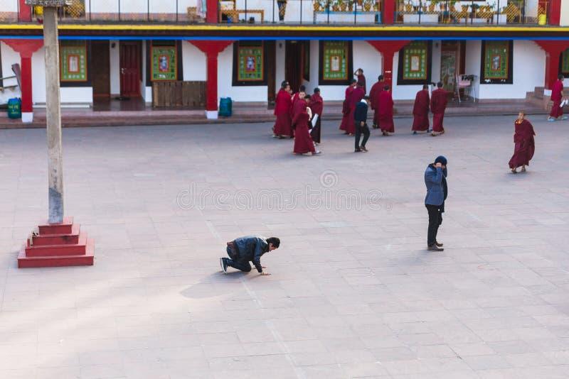 Tibetanischer buddhistischer touristischer Bogen sein Körper vor Rumtek-Kloster nach hochrangigem Mönch kam nahe Gangtok an Sikki stockfotos