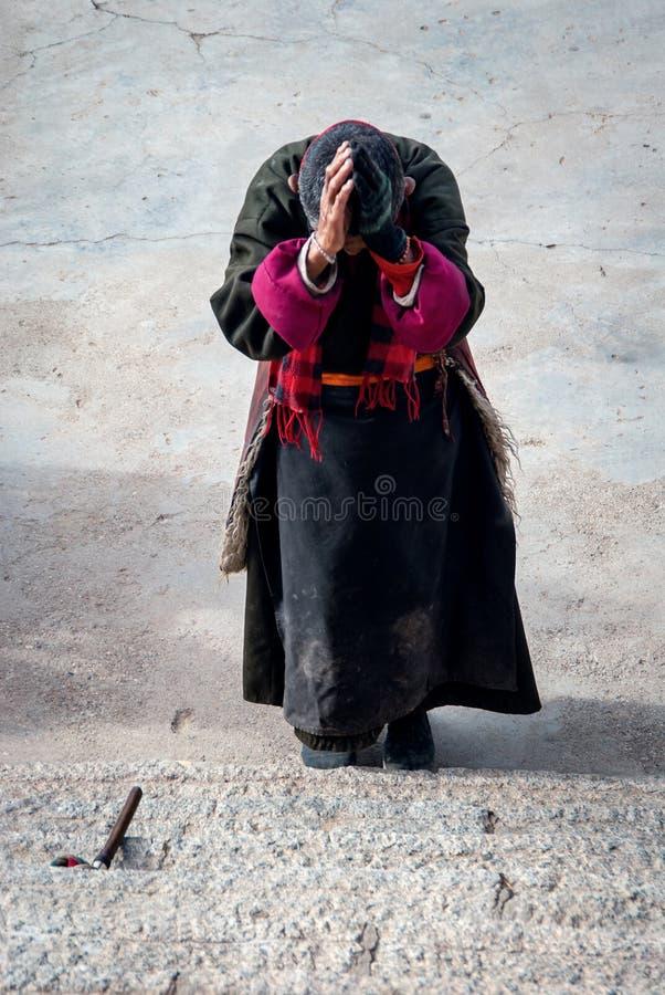 Tibetanischer Pilger trägt Traditionskleid stockbilder