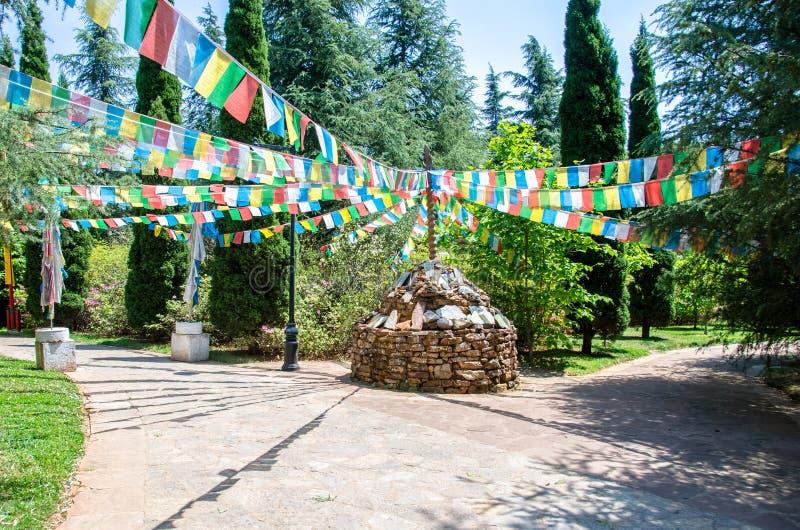 Tibetanischer Stapel von Steinen mit bunten tibetanischen Gebetsflaggen lizenzfreies stockfoto