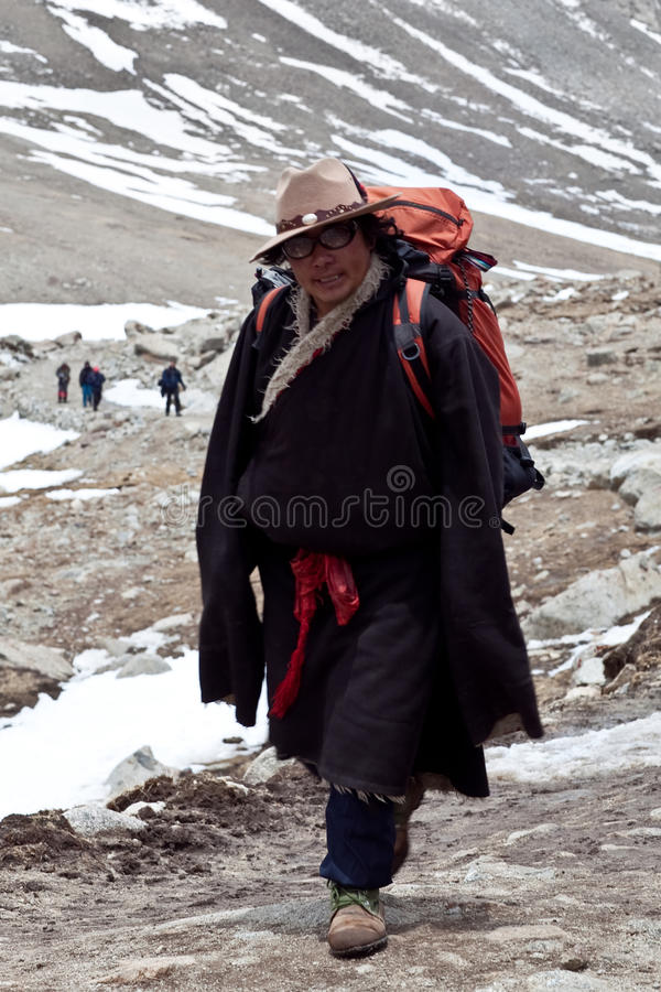Tibetanischer Träger auf der Spur um den Kailash stockfoto