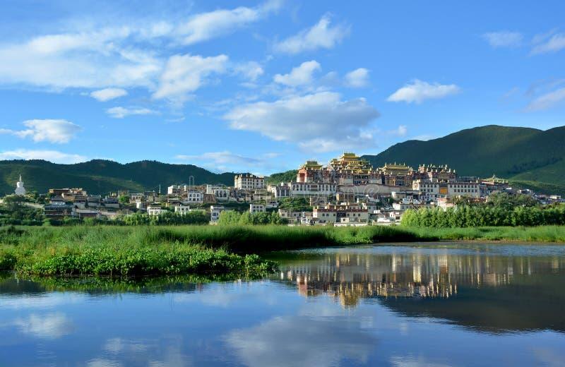 Tibetanisches buddhistisches Kloster Songzanlin, das im leke sich reflektiert stockbild