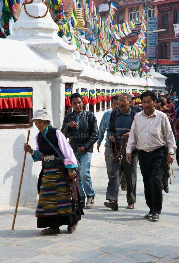 Tibetanos em Bouddhanath Stupa foto de stock royalty free