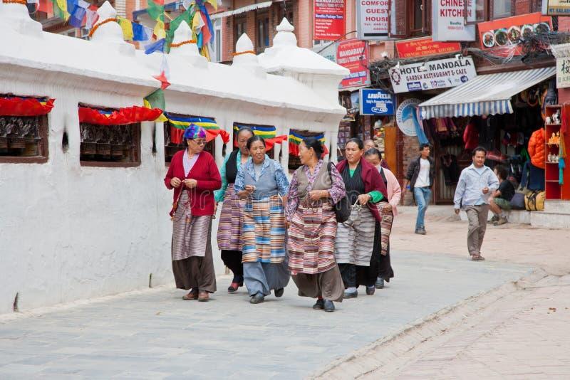 Tibetanos em Bouddhanath Stupa foto de stock